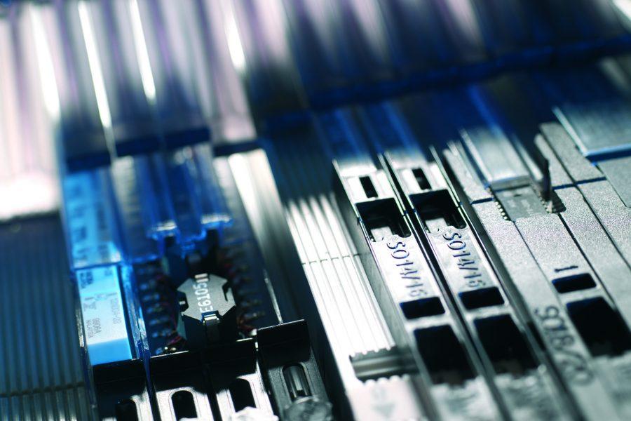 Die Weiterentwicklung des Agilis Feederkonzepts für jegliche Rollenware von 8mm bis 152mm. Der neue Agilis Flex-Feeder ist die Weiterentwicklung des Agilis Konzeptes für Bauteilgurtbreiten bis 152mm. Dabei sind die Agilis™ Flex-Feeder leicht aufzurüsten und mit einem Barcode und einem ID-Chip ausgestattet. Das Abdeckband wird in konventioneller Technik vom Gurt abgezogen. Das einfache Einsetzen der gerüsteten Agilis™ Flex-Feeder in das Magazin erlaubt den Austausch von Feedern auch während des laufenden Bestückungsbetriebes. Der Vorschub erfolgt in bekannter Linearbewegung und garantiert eine extrem präzise Abholposition.
